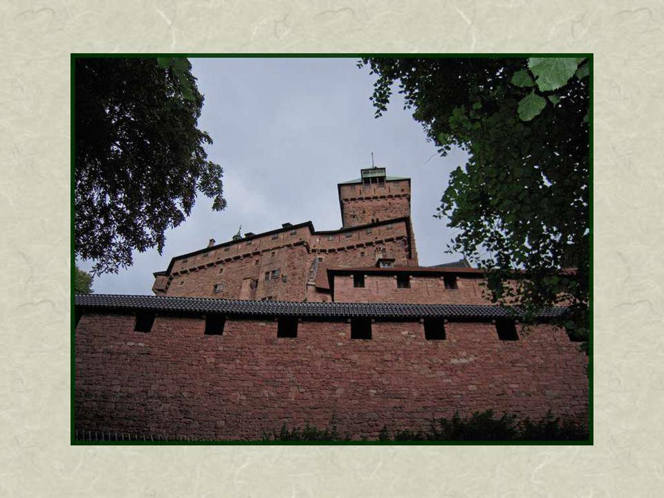 Impressionnants remparts extérieurs, première ligne de défense, contenant plusieurs tours.