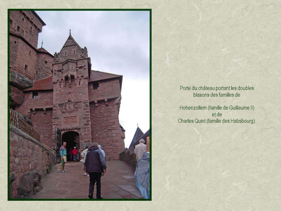 Porte du château portant les doubles blasons des familles de Hohenzollern (famille de Guillaume II) et de Charles Quint (famille des Habsbourg).