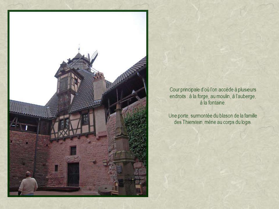 Cour principale doù lon accède à plusieurs endroits : à la forge, au moulin, à lauberge, à la fontaine.