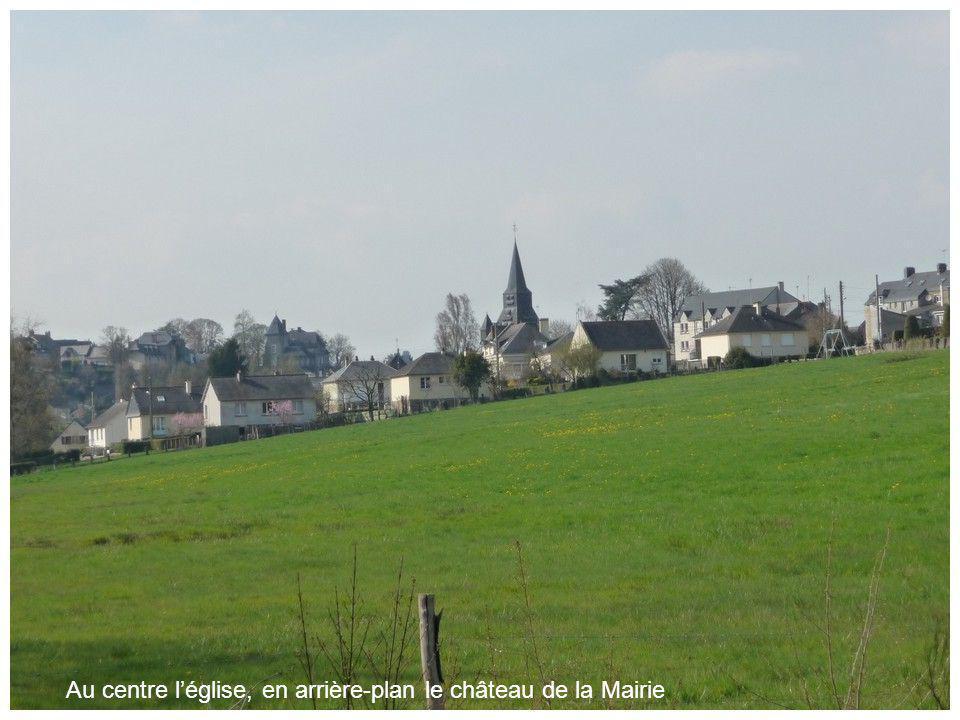De lautre côté de la Varenne, sur la route de Mayenne, le château des Tourelles