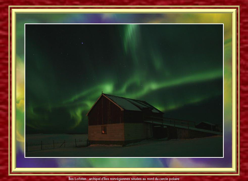 Aurore boréale aux Îles Lofoten Îles Lofoten : archipel d'îles norvégiennes situées au nord du cercle polaire