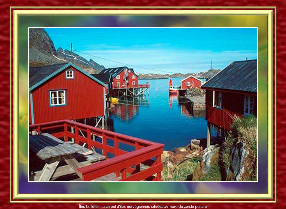 Maisons sur pilotis dans les ports aux Îles Lofoten Îles Lofoten : archipel d'îles norvégiennes situées au nord du cercle polaire