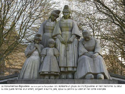 Le monument aux Bigoudens : œuvre en granit de François Bazin (1931), représente un groupe de cinq Bigoudènes en habit traditionnel du début du XXe (quatre femmes et un enfant) songeant à leur fils, père, époux ou petit-fils qui luttent en mer contre la tempête.