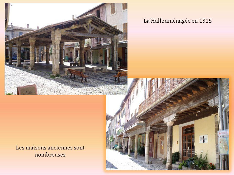 La Halle aménagée en 1315 Les maisons anciennes sont nombreuses