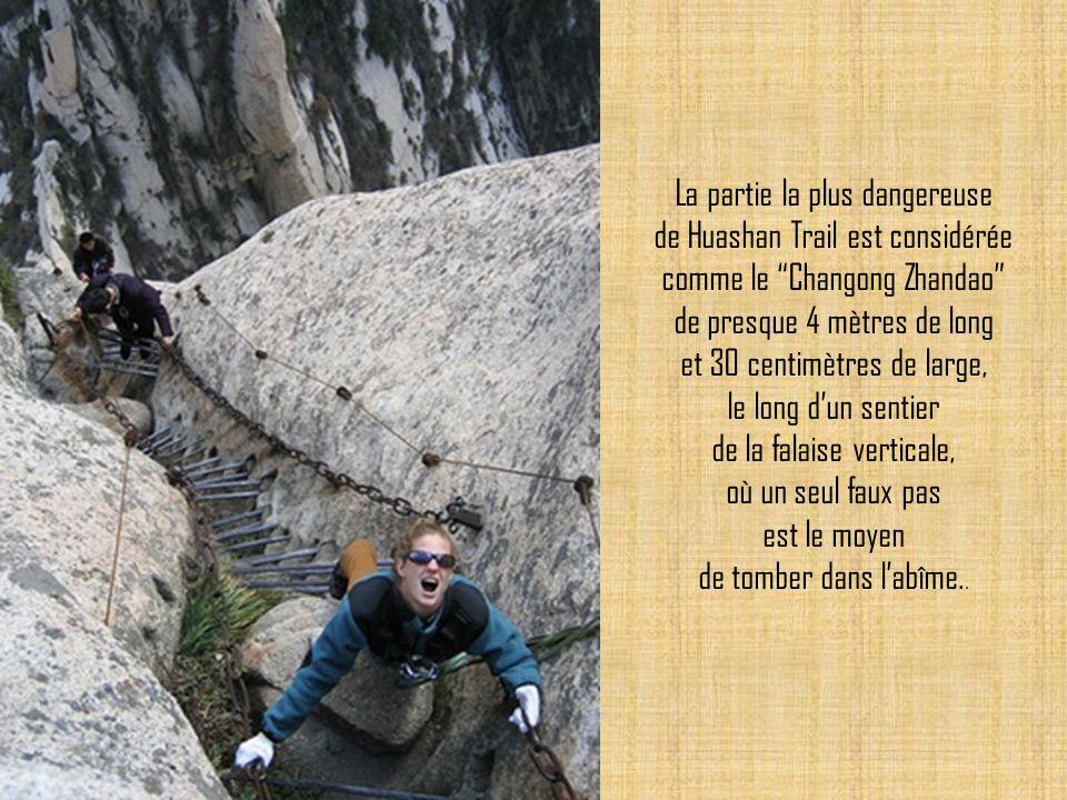 La partie la plus dangereuse de Huashan Trail est considérée comme le Changong Zhandao de presque 4 mètres de long et 30 centimètres de large, le long