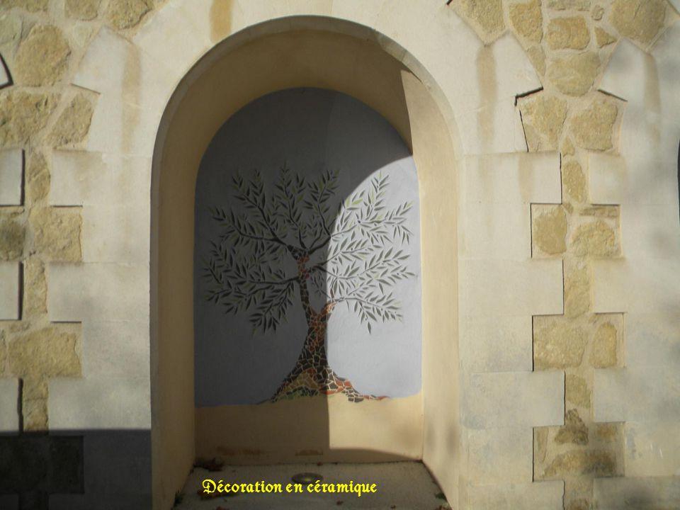 La porte de la sacristie Fontaine centrale vu village