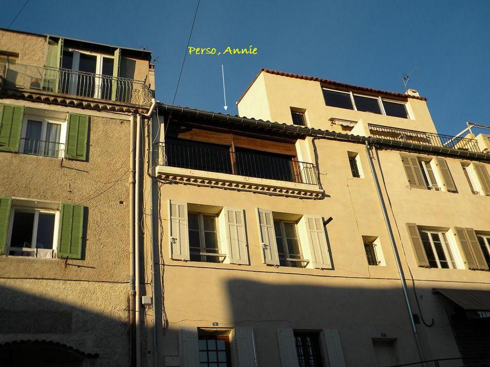 Maison de village aux façades automnale
