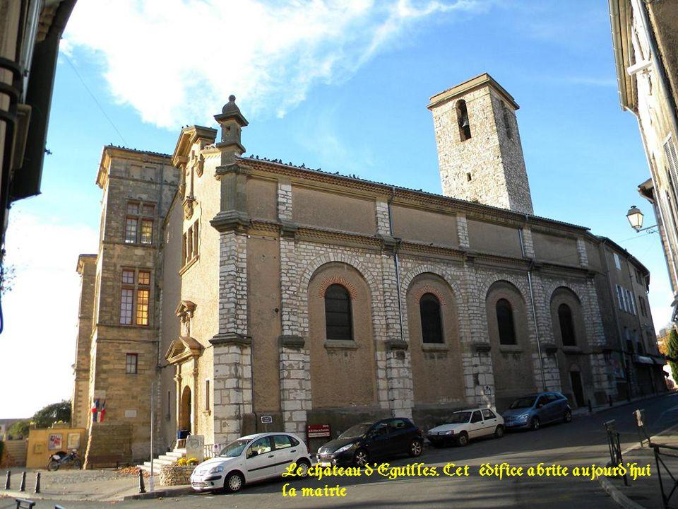 Le château dEguilles. Cet édifice abrite aujourdhui la mairie