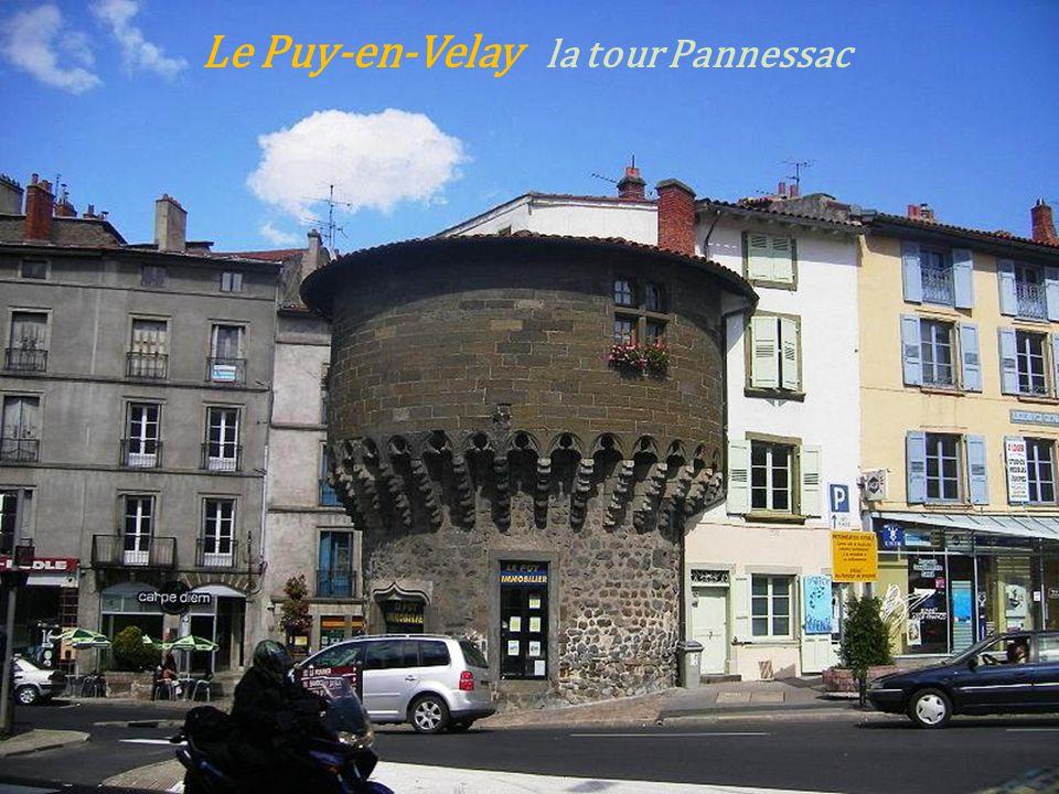 Le Monastier-sur-Gazeille. la façade du château