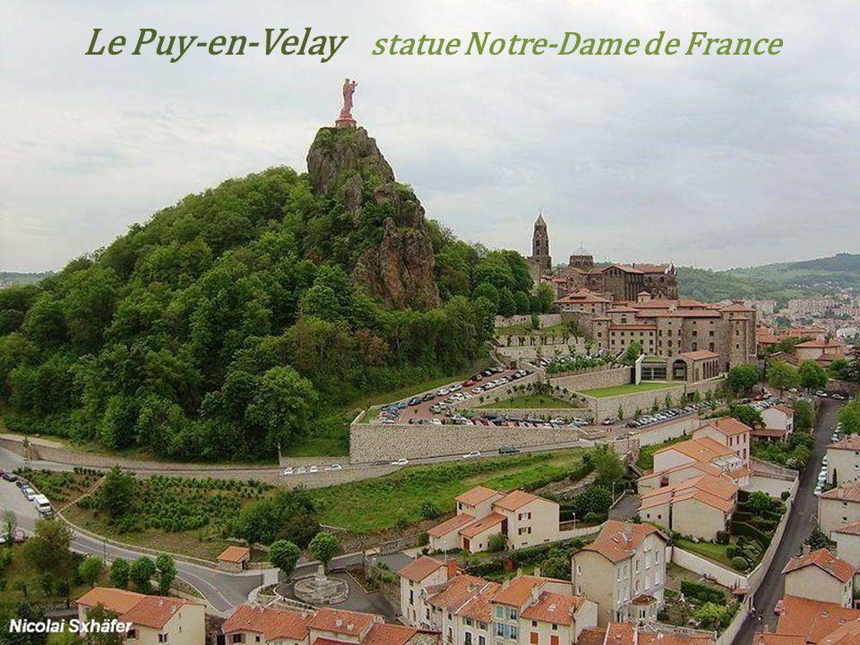 Le Puy-en-Velay la place et la fontaine