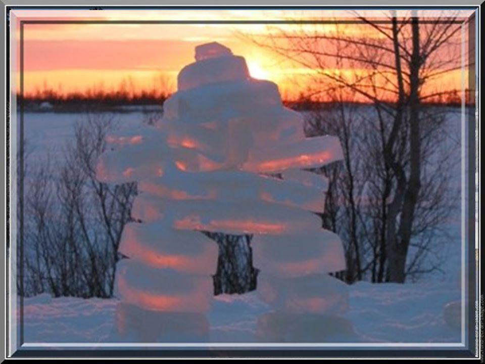 La neige blanche danse et chante avec le ciel et les nuages