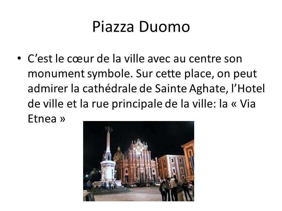 Piazza Duomo Cest le cœur de la ville avec au centre son monument symbole.