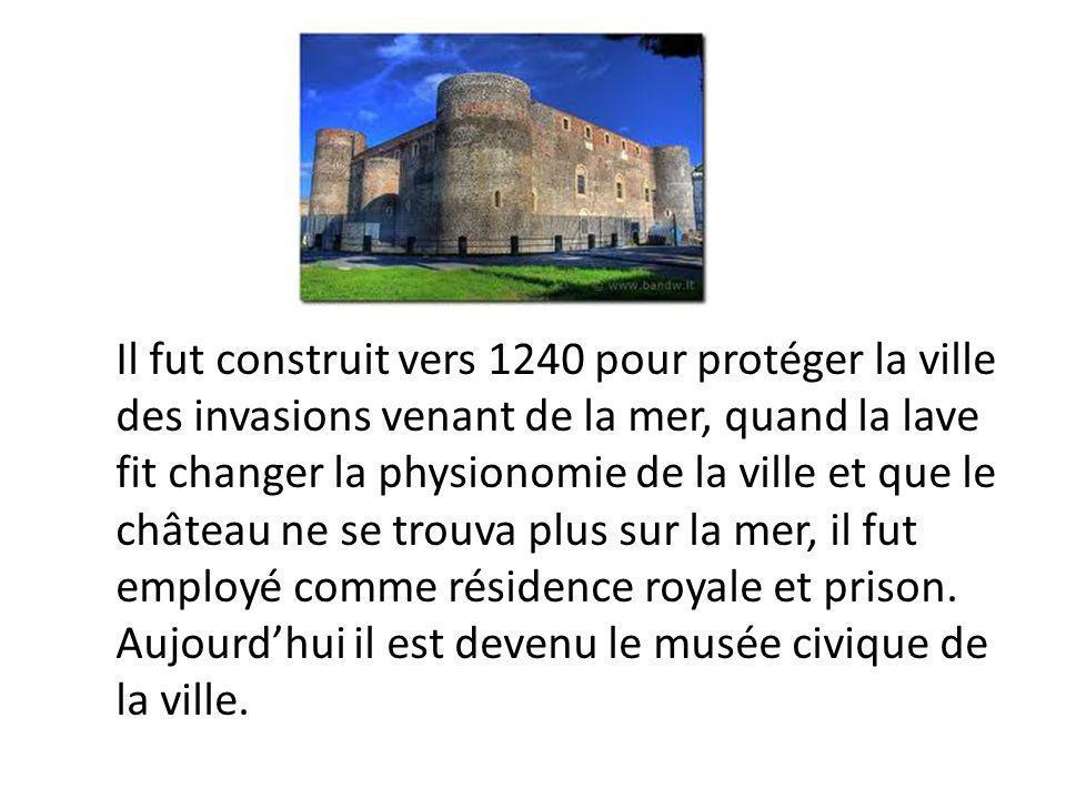 Il fut construit vers 1240 pour protéger la ville des invasions venant de la mer, quand la lave fit changer la physionomie de la ville et que le château ne se trouva plus sur la mer, il fut employé comme résidence royale et prison.