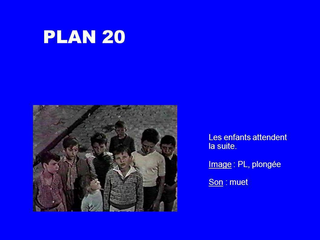 PLAN 20 Les enfants attendent la suite. Image : PL, plongée Son : muet