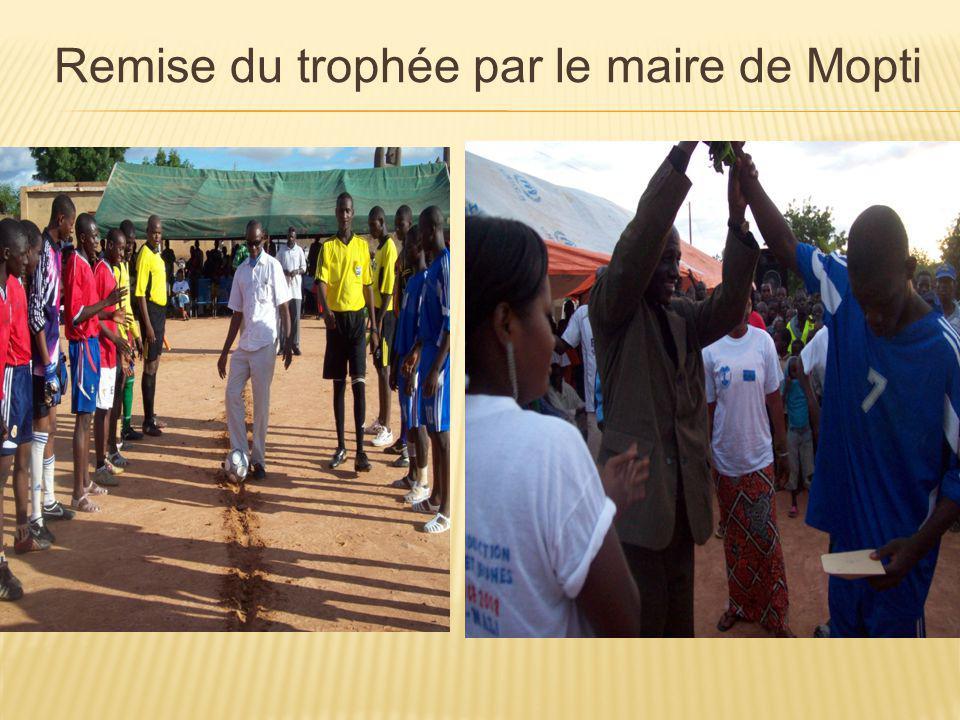 Remise du trophée par le maire de Mopti