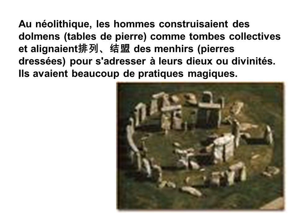 Au néolithique, les hommes construisaient des dolmens (tables de pierre) comme tombes collectives et alignaient des menhirs (pierres dressées) pour s'