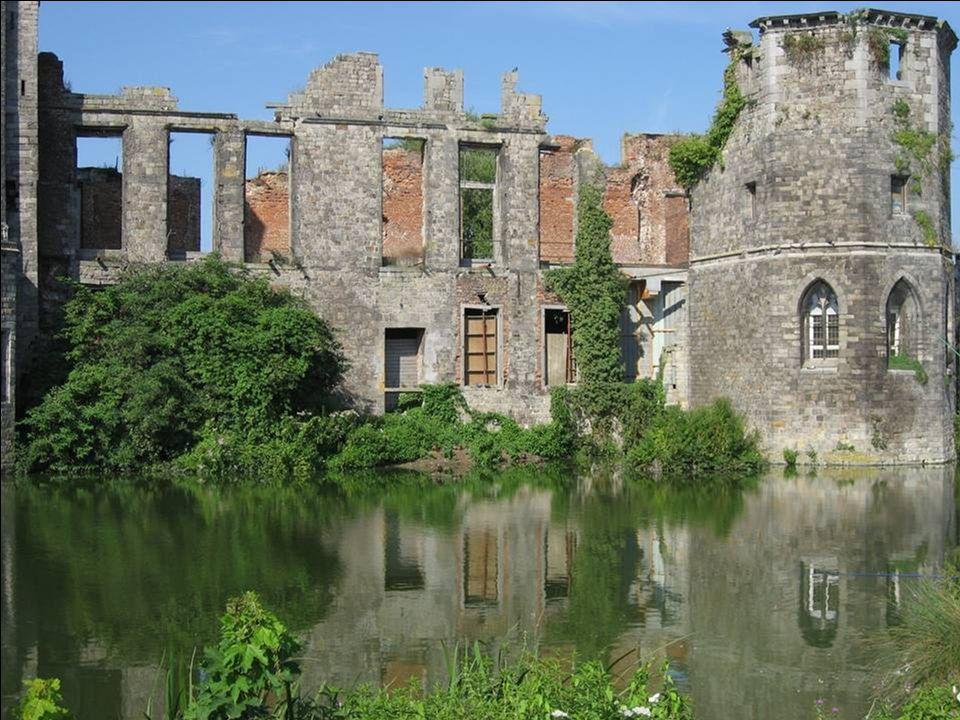Charles Alexandre de Croy, marquis d Havré, commence la restauration du château vers 1600.