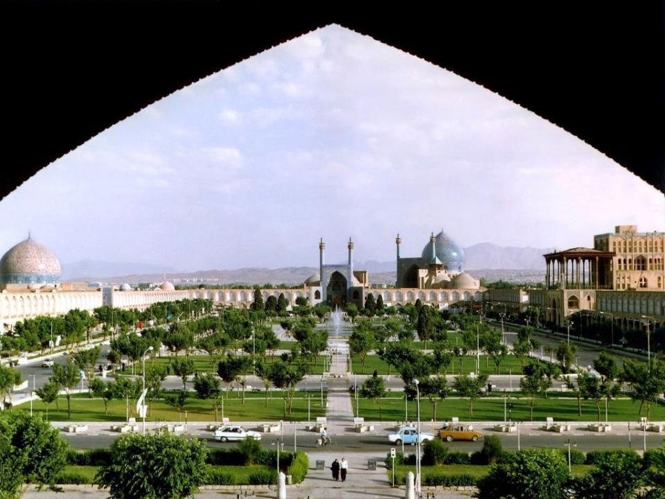 ISFAHÁN Ispahan est située 340 km au sud de Téhéran, la capitale de la province d'Ispahan et la troisième plus grande ville d'Iran (après Téhéran et M