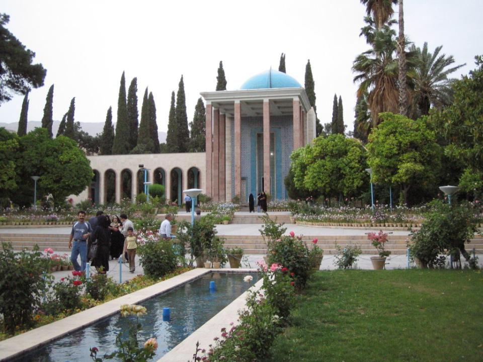 SHIRAZ Shiraz est une ville située dans le sud- ouest de l'Iran, capitale de la province de Fars. Est situé à 1.486 m au dessus du niveau moyen de la