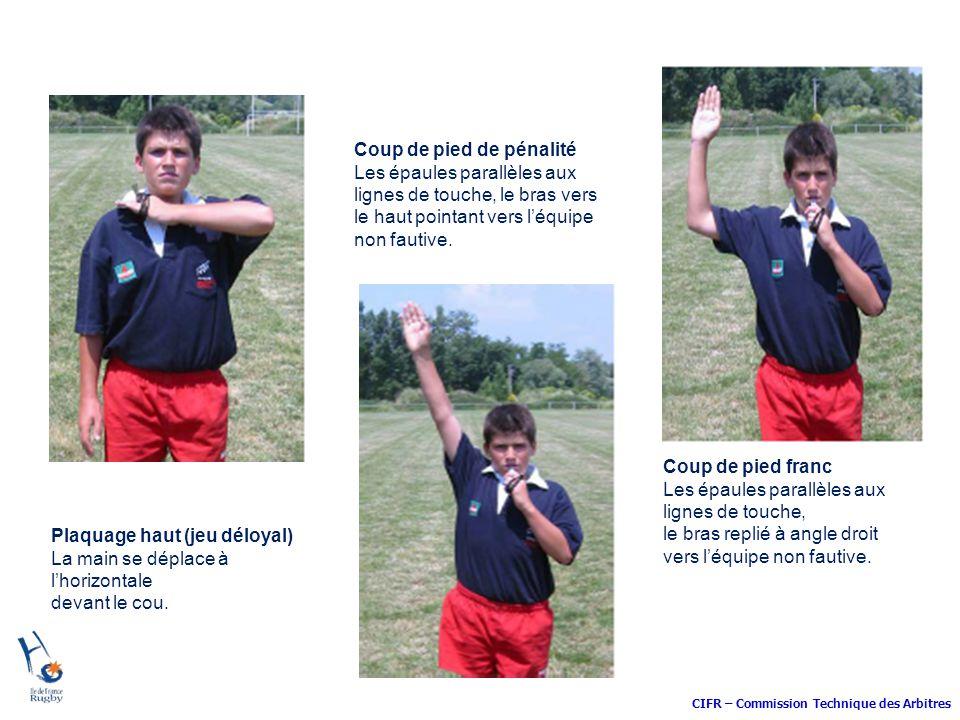 CIFR – Commission Technique des Arbitres Coup de pied de pénalité Les épaules parallèles aux lignes de touche, le bras vers le haut pointant vers léqu