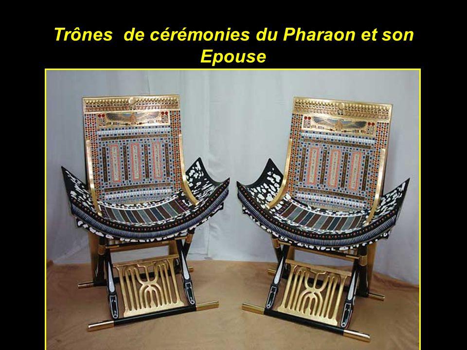 Un total de 3500 objets ont été trouvés dans la Tombe du Pharaon TOUTANKHAMON et ils peuvent être admirés dans le musée national de lEgypte au CAIRE e