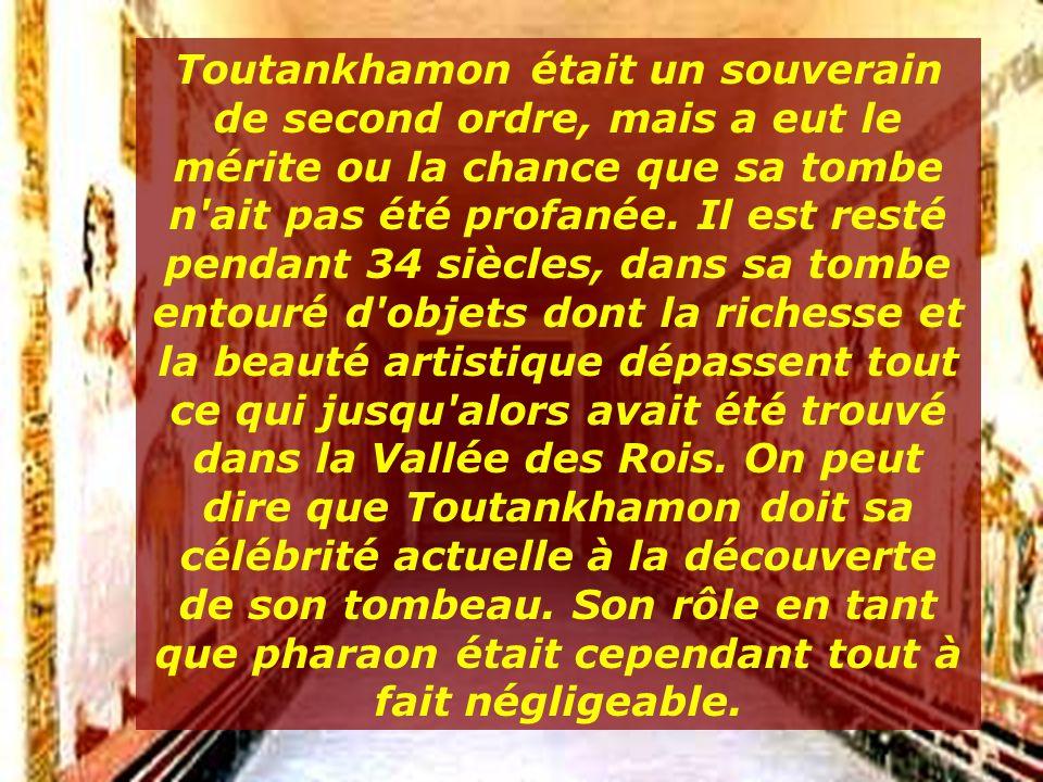 3000 ans après son règne, des centaines de touristes visitent quotidiennement la tombe de TOUTANKHAMON...... Son esprit vit ici…