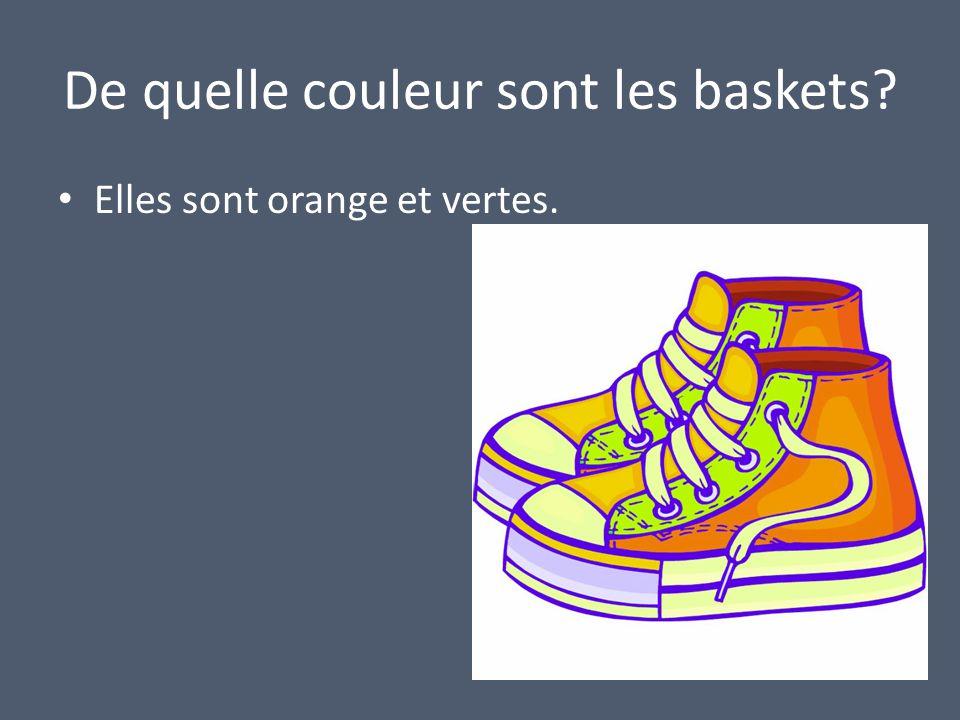 De quelle couleur sont les baskets Elles sont orange et vertes.
