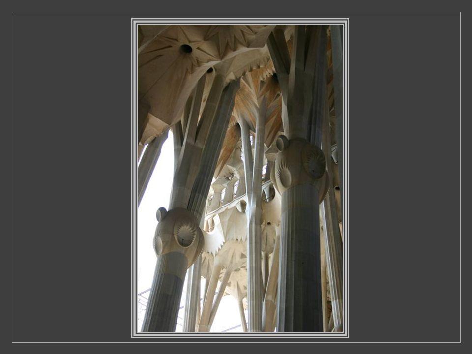 Anecdote: Salvador Dali considérait que « l'on devrait confier l'achèvement de la cathédrale aux chauffeurs de tramway à titre expiatoire », Gaudí aya