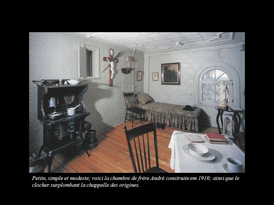 Petite, simple et modeste; voici la chambre de frère André construite em 1910; ainsi que le clocher surplombant la chappelle des origines.