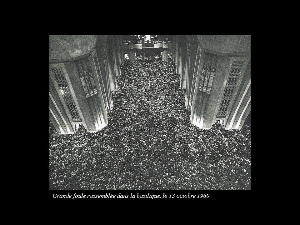 Grande foule rassemblée dans la basilique, le 13 octobre 1960