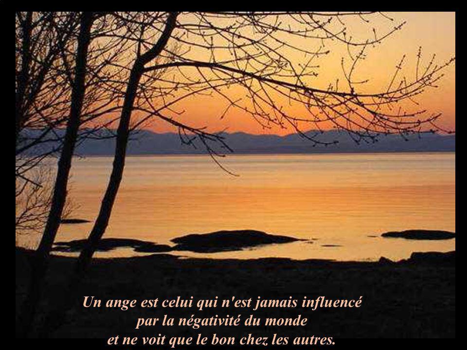 Un ange est celui qui n'est jamais influencé par la négativité du monde et ne voit que le bon chez les autres.