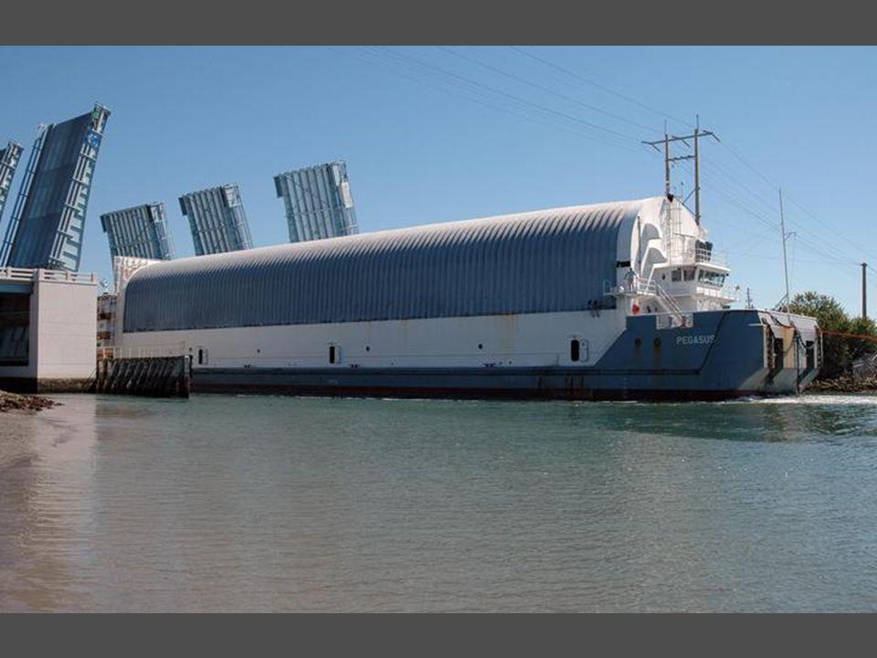 le réservoir externe principal arrive par barge