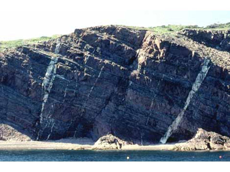 Diaclase et dykes sur une falaise de grès mississipien de la baie Saint-Laurent, Cap Breton, Nouvelle-Écosse, Canada