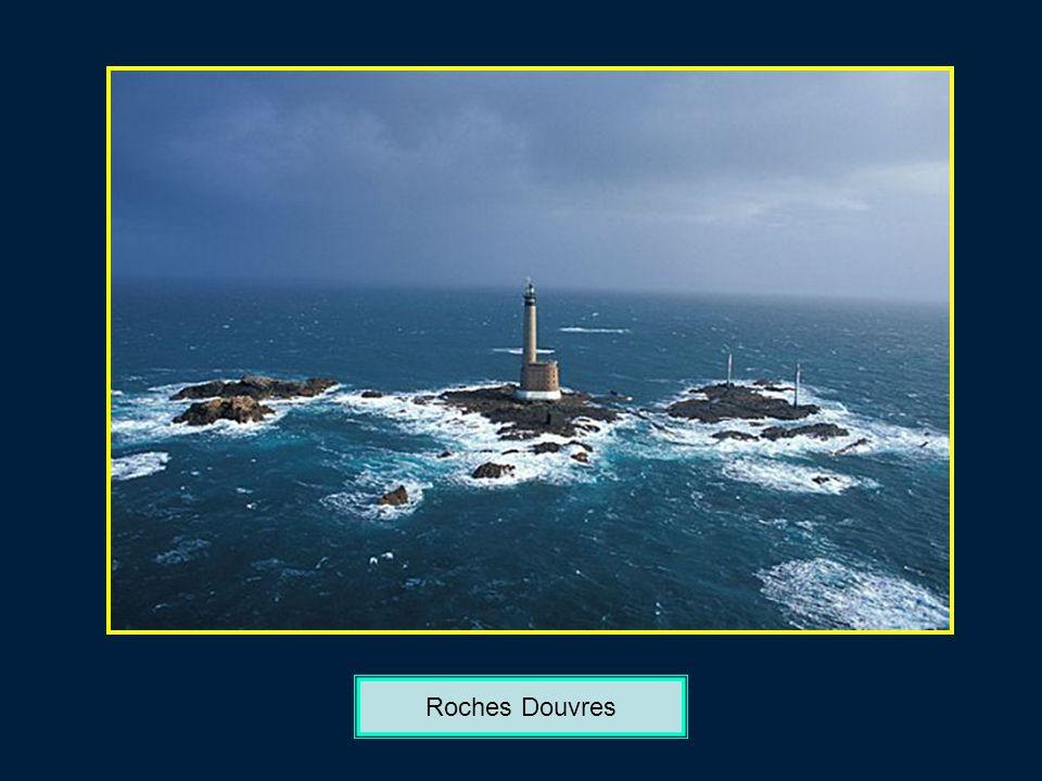 Entre Nividic et la Jument Phare de Nividic en mer dIroise