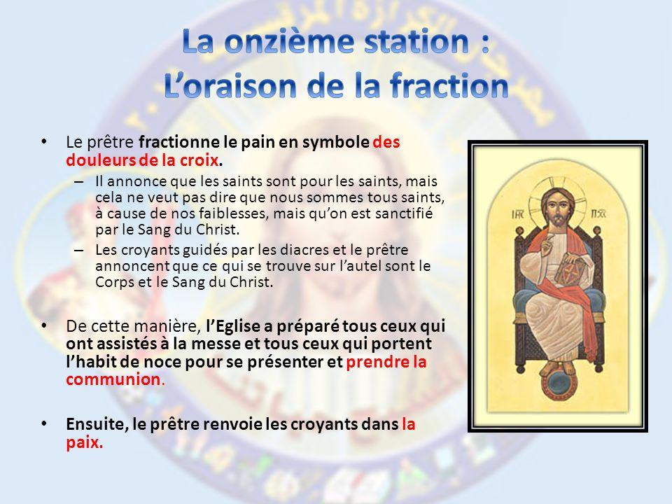 Le prêtre fractionne le pain en symbole des douleurs de la croix.