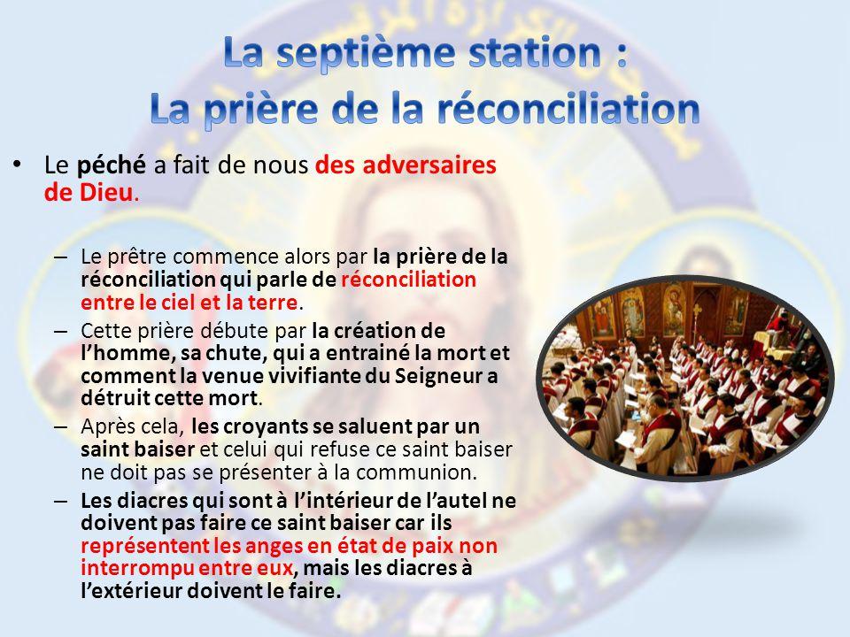 Le prêtre prie pour la transformation du pain en Corps du Christ et le vin en Sang du Seigneur.
