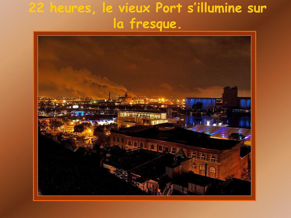 22 heures, le vieux Port sillumine sur la fresque.