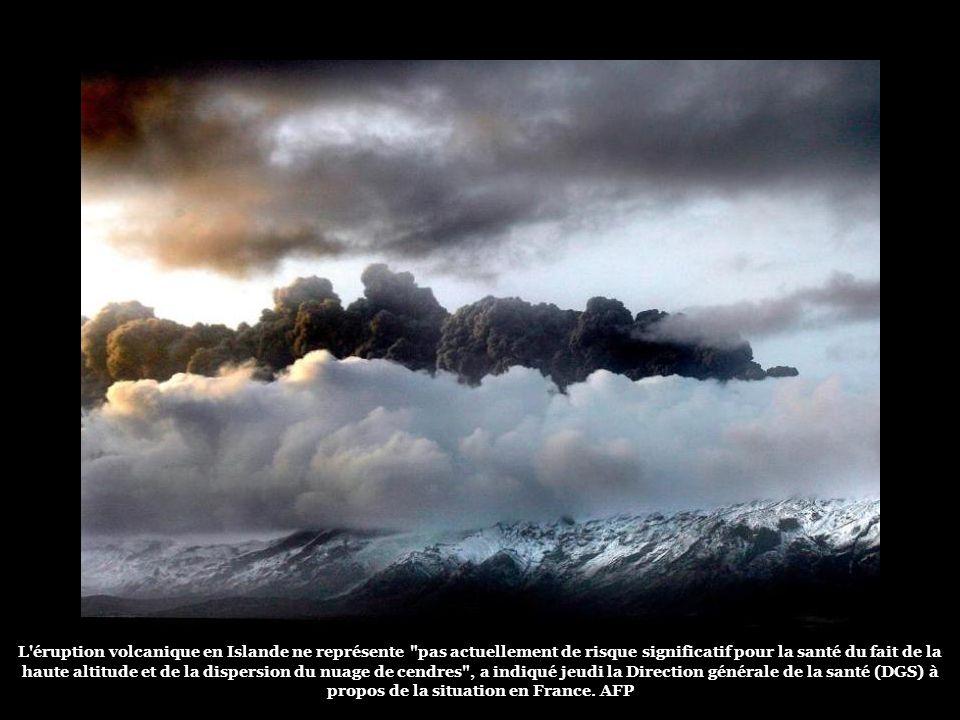 Le nuage de cendres projeté par le volcan dEyjafjallajokull limite la visibilité et risquerait dendommager les réacteurs des avions. Les vols dans le
