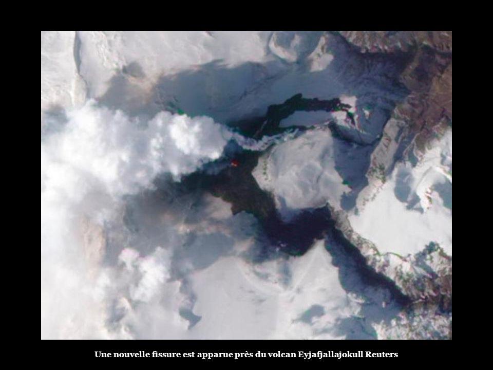 Outre le nuage volcanique, l'éruption souterraine, survenue tôt mercredi matin, a provoqué la fonte du glacier, engendrant de fortes inondations. Les