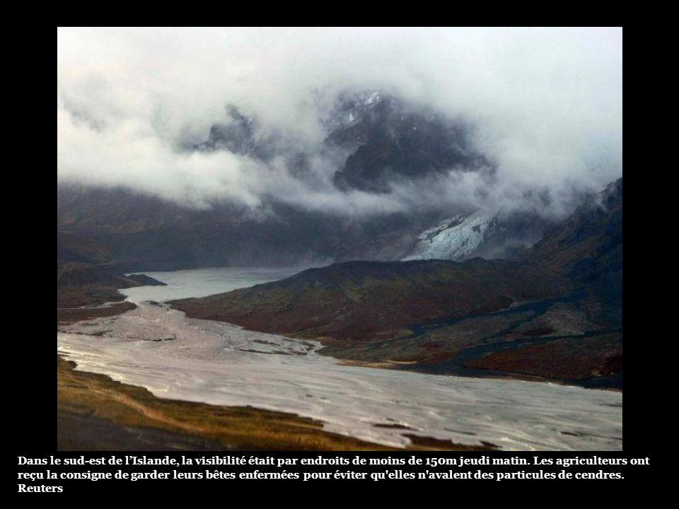 La fonte du glacier a provoqué deux importantes coulées d'eau des deux flancs du volcan, endommageant les routes, qui ont été fermées (photo). Les aut