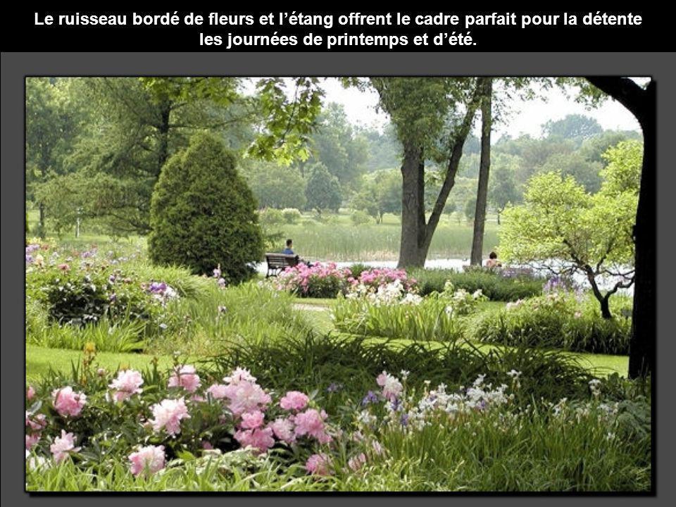 Le ruisseau bordé de fleurs et létang offrent le cadre parfait pour la détente les journées de printemps et dété.