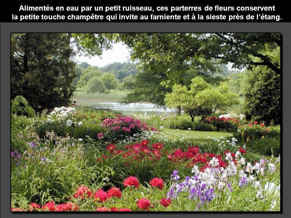 Alimentés en eau par un petit ruisseau, ces parterres de fleurs conservent la petite touche champêtre qui invite au farniente et à la sieste près de l