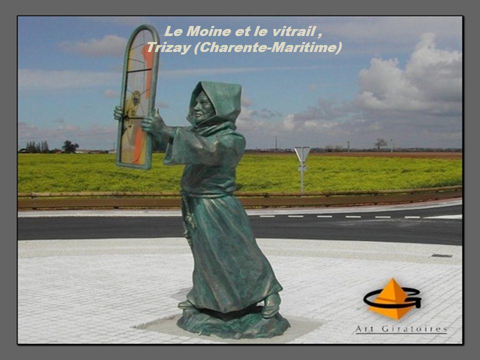 Le Moine et le vitrail, Trizay (Charente-Maritime)