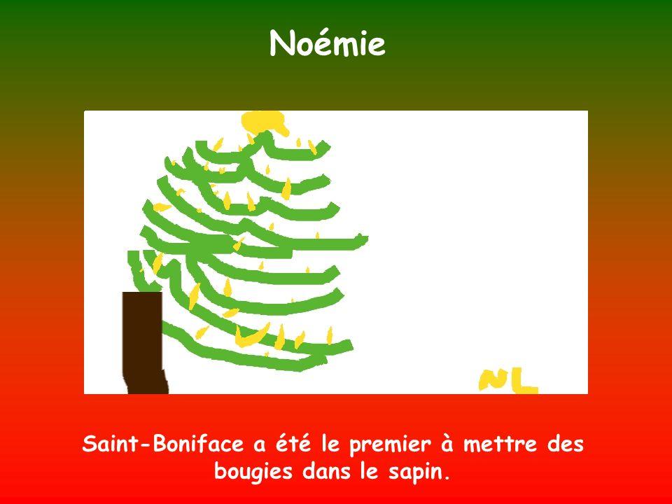 Noémie Saint-Boniface a été le premier à mettre des bougies dans le sapin.
