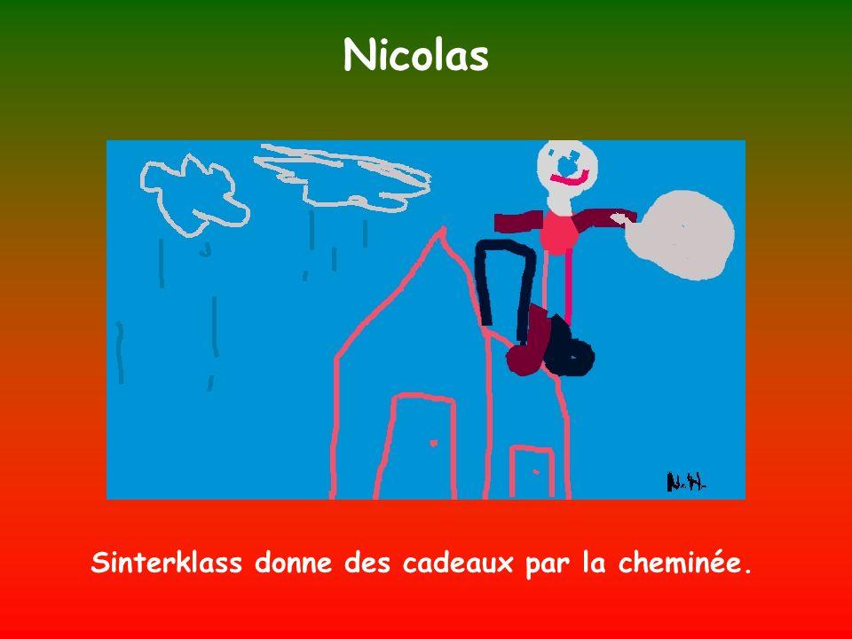 Nicolas Sinterklass donne des cadeaux par la cheminée.