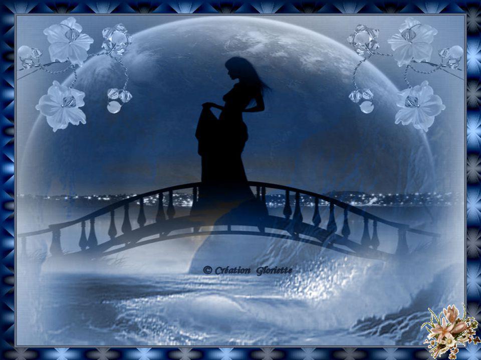 Loin des rochers que baisse la marée La mer murmure dun air songeur Au large là-bas, elle sest retirée Et son sanglot du soir se meurt … Ginette