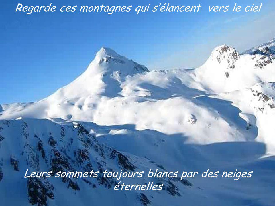 Leurs sommets toujours blancs par des neiges éternelles Regarde ces montagnes qui sélancent vers le ciel