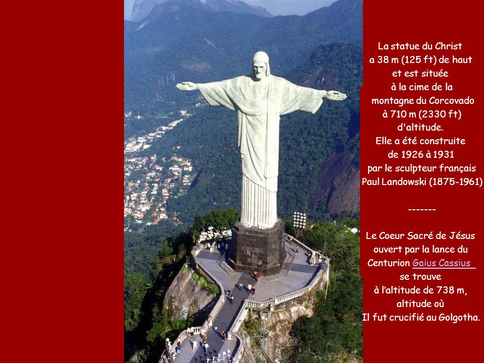 La statue du Christ a 38 m (125 ft) de haut et est située à la cime de la montagne du Corcovado à 710 m (2330 ft) d'altitude. Elle a été construite de