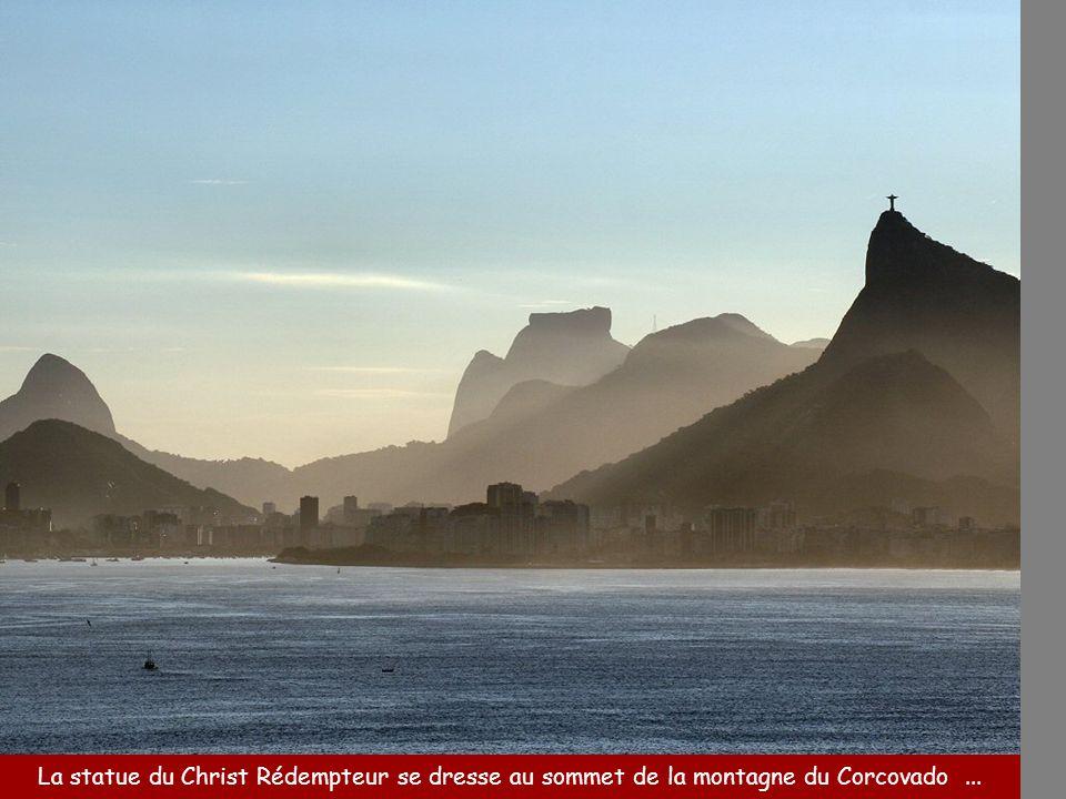 La statue du Christ Rédempteur se dresse au sommet de la montagne du Corcovado...