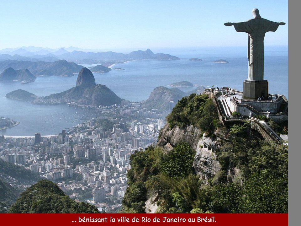 ... bénissant la ville de Rio de Janeiro au Brésil.